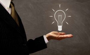 Illustration couverture : homme tenant une ampoule pour illustrer la propriété intellectuelle